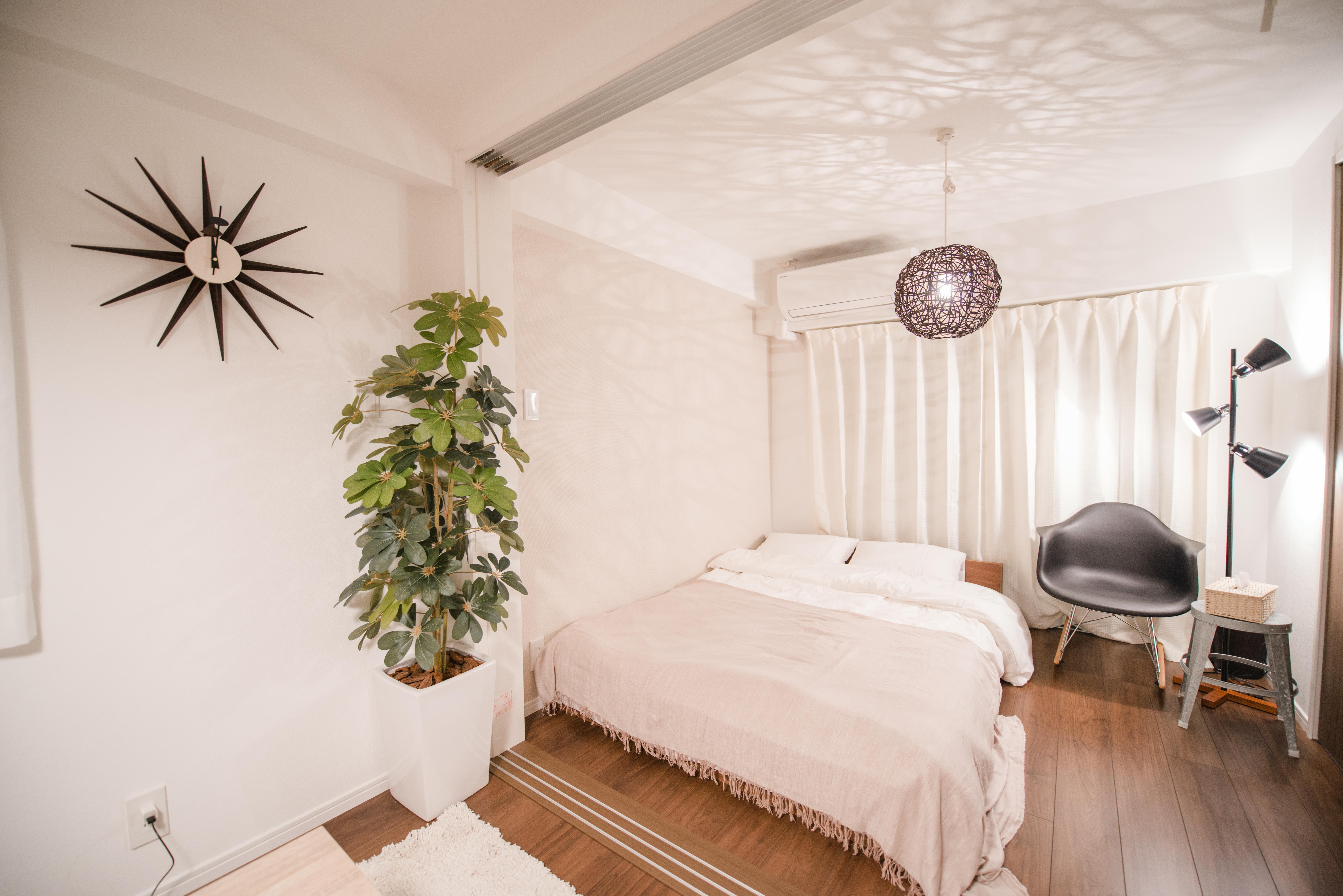 民泊 インテリアコーディネート例 大きいベッドでくつろいで